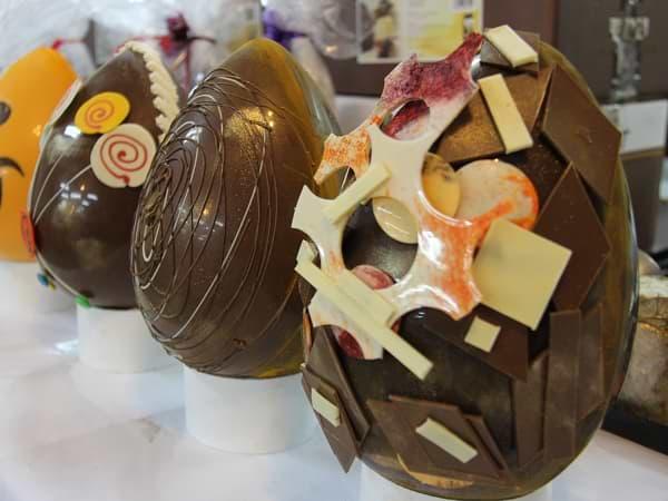 Huevos de Pascua de chocolate decorados