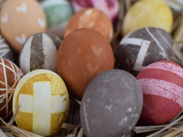 Huevos de Pascua de gallina pintados